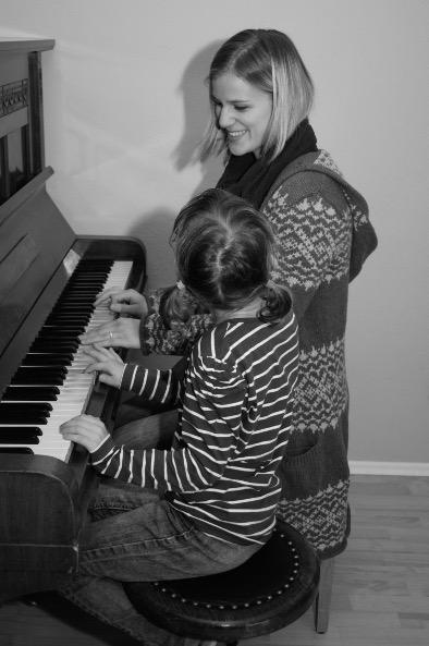 Eli gibt Einzelstunde am Klavier